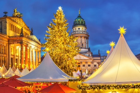Photo pour Christmas market, French church and konzerthaus in Berlin, Germany - image libre de droit