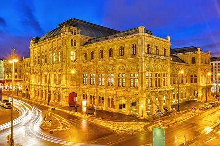 Foto de Vienna's State Opera House at night, Austria - Imagen libre de derechos