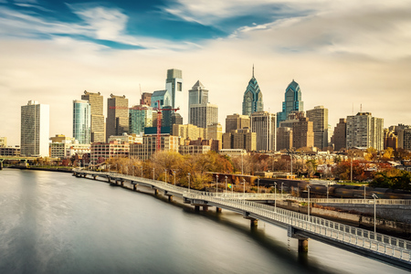 Photo pour Panoramic picture of Philadelphia skyline and Schuylkill river, PA, USA. - image libre de droit