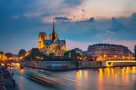 Photo pour Notre Dame de Paris at night, France - image libre de droit