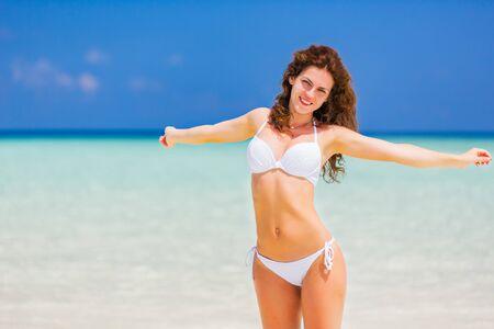 Photo pour Happy young woman in bikini enjoing the beautiful ocean beach on Maldives - image libre de droit