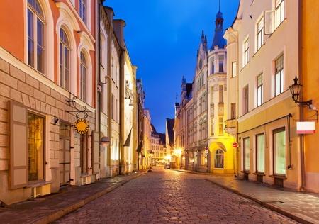 Foto de Scenic view of the evening street in the Old Town in Tallinn, Estonia - Imagen libre de derechos