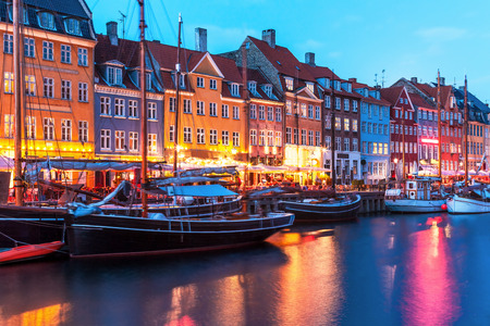 Photo pour Scenic evening panorama of Nyhavn pier architecture in the Old Town of Copenhagen, Denmark - image libre de droit