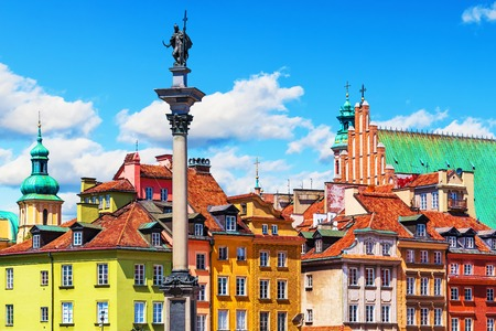 Photo pour Scenic summer view of Castle Square ancient architecture with Sigismund column in the Old Town in Warsaw, Poland - image libre de droit