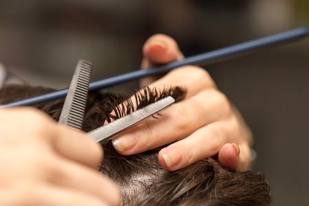 Photo pour men's hair cutting scissors in a beauty salon - image libre de droit