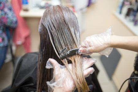 Photo pour hair coloring in the beauty salon - image libre de droit