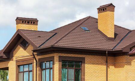 Photo pour Roof in a new brick cottage . - image libre de droit