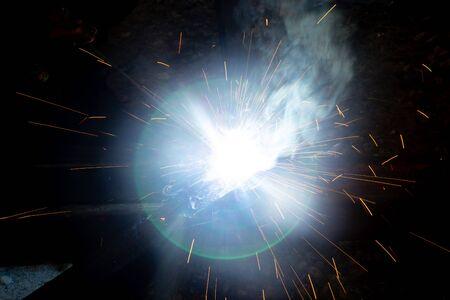 Photo pour sparks from metal welding at a construction site. - image libre de droit