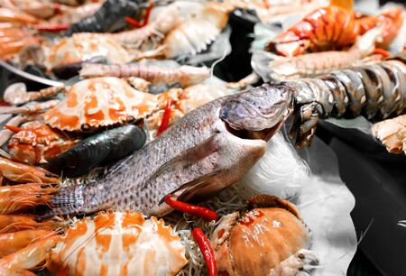 Photo pour Seafood in a shop window in a cafe. A dish of Chinese cuisine. - image libre de droit