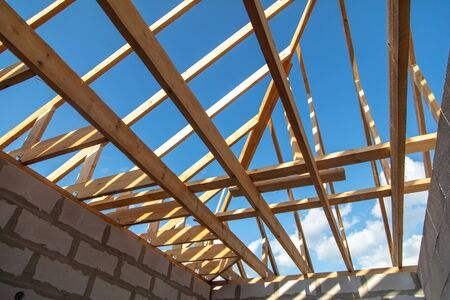 Photo pour Wooden boards on the roof of the house against the sky. Home construction - image libre de droit