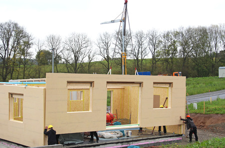 Foto de assembly of a prefabricated timber house - Imagen libre de derechos