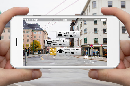 Photo pour Augmented reality in marketing. Phone in hand, on screen information guide about shopping and entertainment spaces in real time - image libre de droit