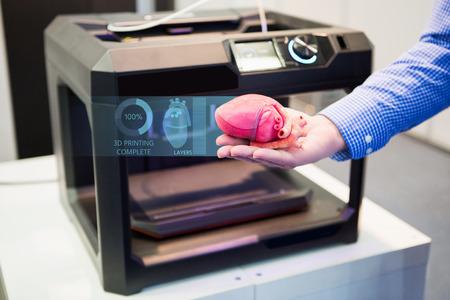 Foto de The engineer demonstrates the heart printed on a 3d printer - Imagen libre de derechos