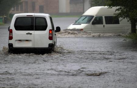 Photo pour car rides in heavy rain on a flooded road - image libre de droit