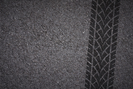 Foto de Tire track on asphalt texture - Imagen libre de derechos
