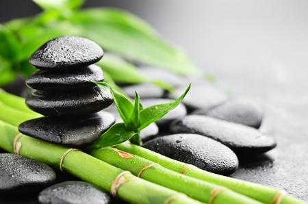 Photo pour zen basalt stones and bamboo with dew - image libre de droit