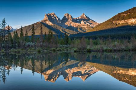 Photo pour Three Sisters Reflection - image libre de droit