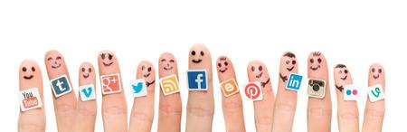 Foto de BELCHATOW, POLAND - AUGUST 31, 2014: Happy group of finger smileys with popular social media logos printed on paper and stuck to the fingers. - Imagen libre de derechos