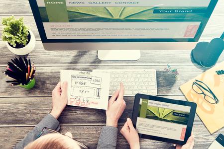 Photo pour Designer's desk with responsive web design concept. - image libre de droit