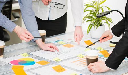 Photo pour Brainstorming Brainstorm Business People Design Planning - image libre de droit