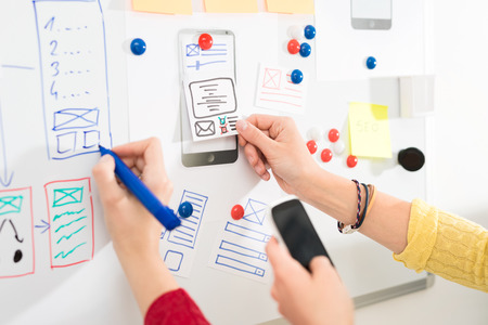 Photo pour Designer woman drawing website ux app development. User experience concept. - image libre de droit