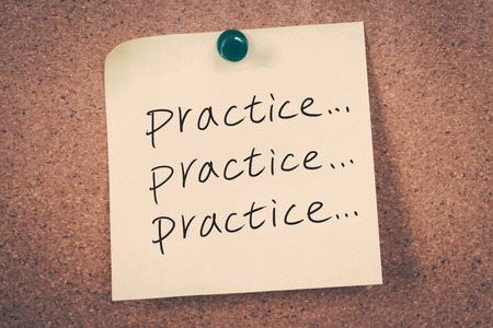 Foto de practice concept reminder message on a cork board - Imagen libre de derechos
