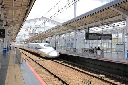 Photo pour a Shinkansen train stopping at station Okayama - image libre de droit