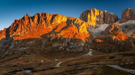Photo pour Beautiful alpine countryside. Scenic image of famous Sassolungo peak with overcast perfect blue sky. Wonderful Vall Gardena under sunlight. Majestic Dolomites Mountains. Amazing nature Landscape - image libre de droit