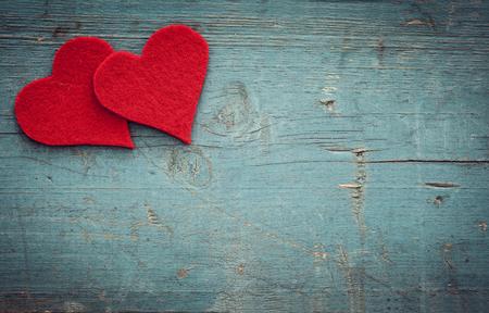 Photo pour Valentines day hearts on wooden background - image libre de droit