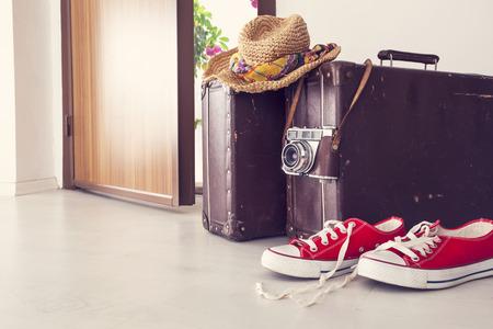 Photo pour Vacation suitcase by front door - image libre de droit
