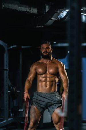 Photo pour Fit athletic bodybuilder pulling heavy battle rope - image libre de droit