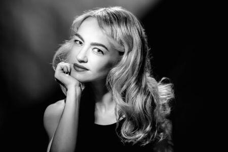 Foto de Monochrome vintage portrait of young glamorous blonde woman - Imagen libre de derechos