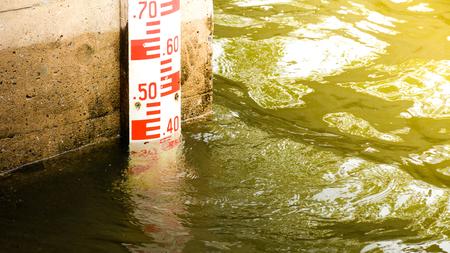 Photo pour Water level measurement  at the dam - image libre de droit