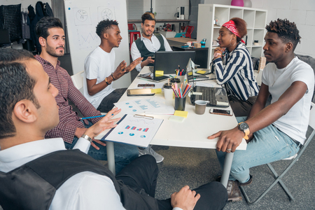 Photo pour Young promising guys discuss innovative projects in the office. - image libre de droit