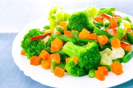 Photo pour Mixed vegetables on a plate - image libre de droit