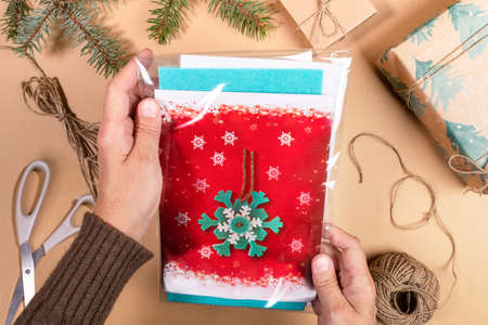 Photo pour DIY instruction. Step by step tutorial. Making Xmas toy snowflake of felt. Step 1 - Take packaging for making DIY Christmas toys snowflakes. Top view, flat lay. - image libre de droit