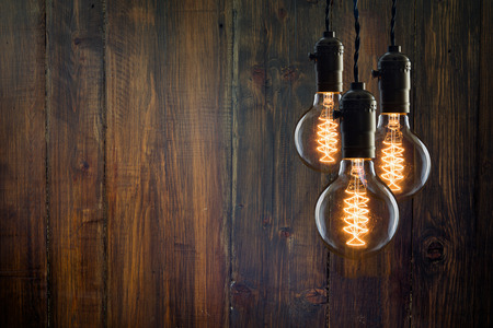 Foto de Vintage incandescent Edison type bulbs on wooden wall - Imagen libre de derechos