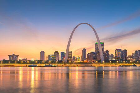 Photo pour St. Louis, Missouri, USA downtown cityscape on the river at dusk. - image libre de droit