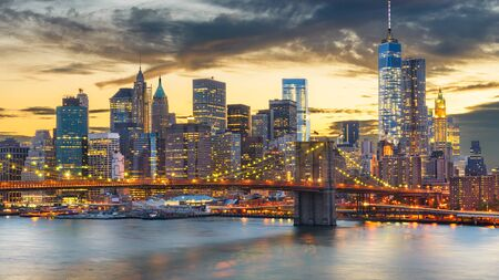 Photo pour New York, New York, USA downtown Manhattan city skyline over the East River with the Brooklyn Bridge at dusk. - image libre de droit