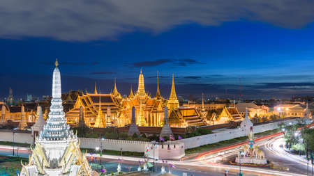 Photo pour Bangkok, Thailand at the Temple of the Emerald Buddha and Grand Palace at dusk. - image libre de droit