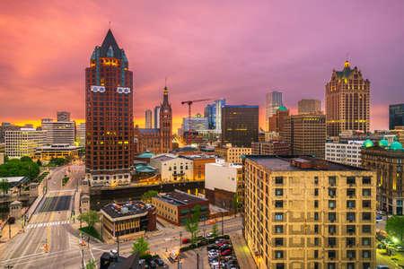 Photo pour Milwaukee, WIsconsin, USA downtown skyline at dusk. - image libre de droit