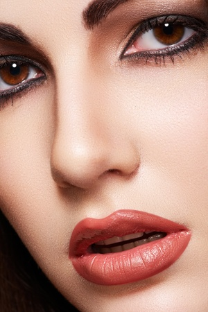 Foto de Close-up portrait of sensual arabic woman model. Beautiful clean skin, saturated makeup, bright eye make-up and dark eyeliner. Oriental style  - Imagen libre de derechos
