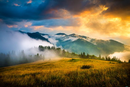 Foto de Amazing mountain landscape with fog and a haystack - Imagen libre de derechos