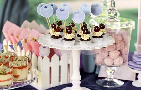 Foto de Delicious sweet buffet with cupcakes, tiramisu glasses and other desserts - Imagen libre de derechos