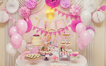 Photo pour Delicious sweet holiday buffet with cupcakes, meringues and other desserts - image libre de droit