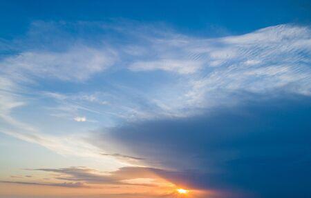 Photo pour Beautiful sky with sunset sun and beautiful clouds - image libre de droit