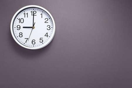 Foto de clock and shelf at wall background surface - Imagen libre de derechos