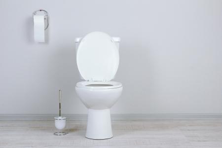 Foto de White toilet bowl in a bathroom - Imagen libre de derechos
