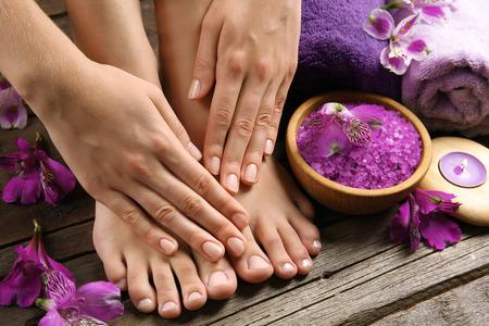 Foto de Female feet at spa pedicure procedure - Imagen libre de derechos