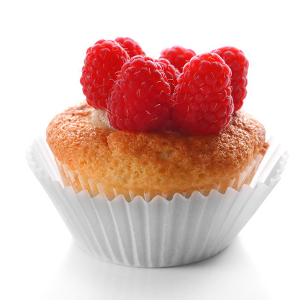 Photo pour Delicious cupcake with berries isolated on white - image libre de droit